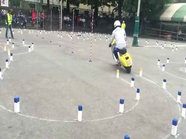 Невероятное мастерство управления мопедом