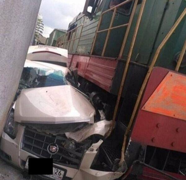 В Пятигорске Cadillac столкнулся с тепловозом (3 фото)