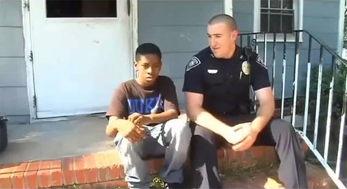 Добрый полицейский помог подростку (5 фото)