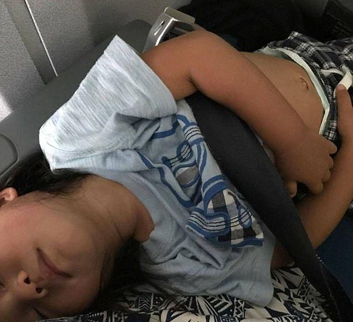 Авиакомпания United Airlines забрала оплаченное место у 2-летнего ребенка (4 фото)
