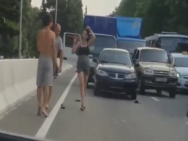 Автомобилисты решили выяснить отношения прямо на дороге