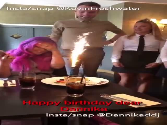 Официанты постоянно поздравляют девушку с Днем рождения