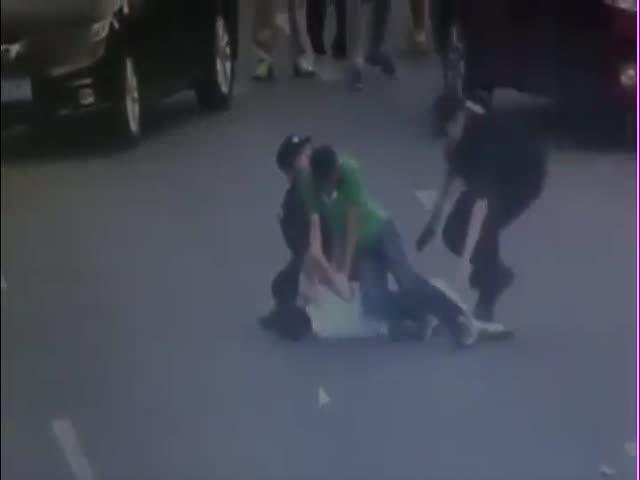 Сотрудница китайской полиции обезвредила злоумышленника