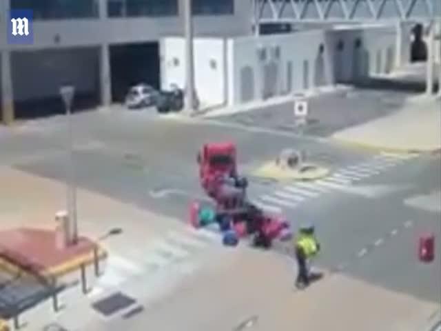 Сотрудник аэропорта бросает багаж