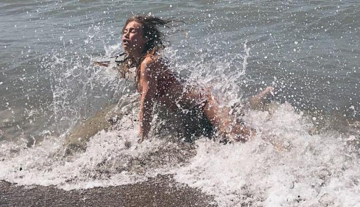 Красивое фото на берегу (2 фото)