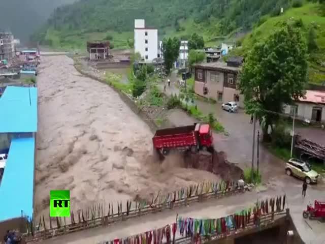 В Китае поток воды обрушил жилой дом