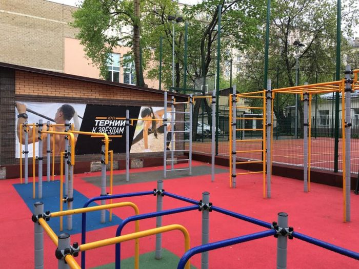 Родители школьников отстаивают площадку, построенную на собственные деньги (6 фото)