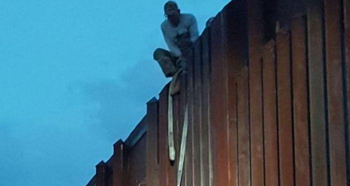 Мексиканка застряла на пограничной стене при попытке попасть в США (2 фото)