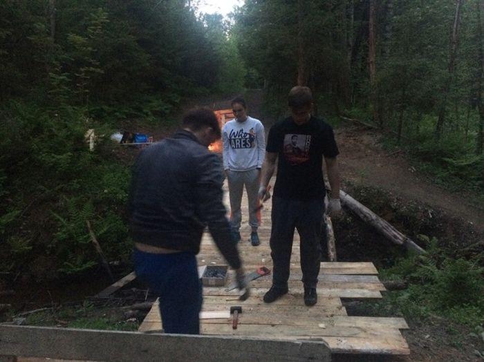 Строительство мостика через лесной ручей (9 фото)