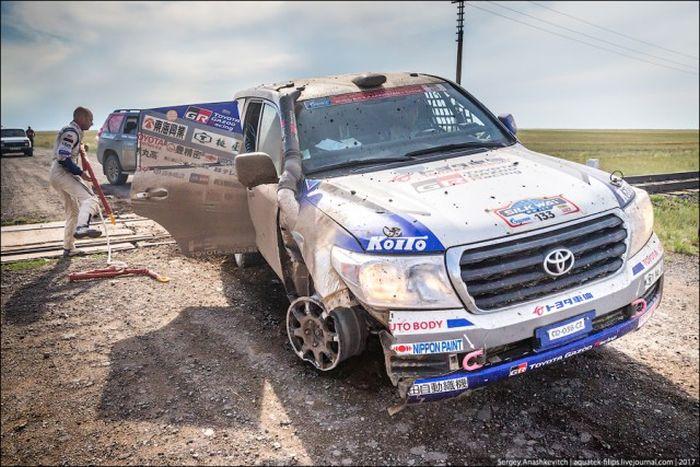 Toyota Landcruiser 200, проехавшая 70 км на трех колесах (12 фото)
