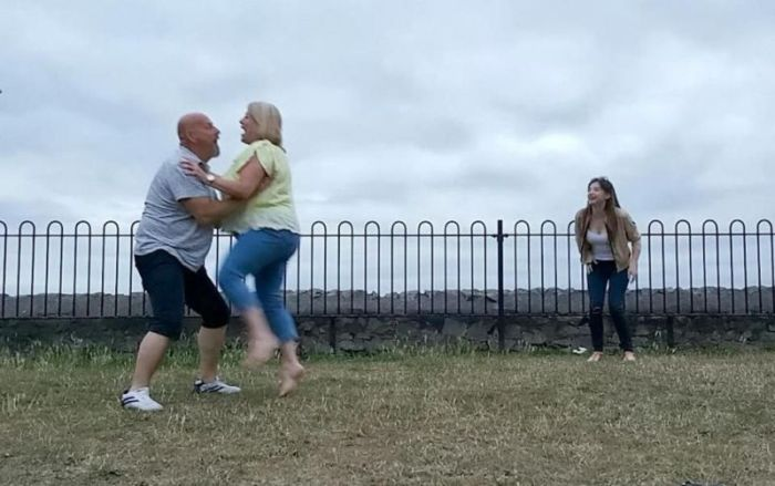 Немолодая пара решила повторить движение из «Грязных танцев» (5 фото)