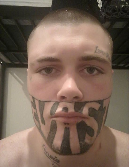Бывший заключенный не может найти работу из-за тату на лице (3 фото)