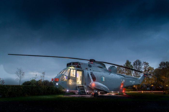 Отель в списанном вертолете (6 фото)