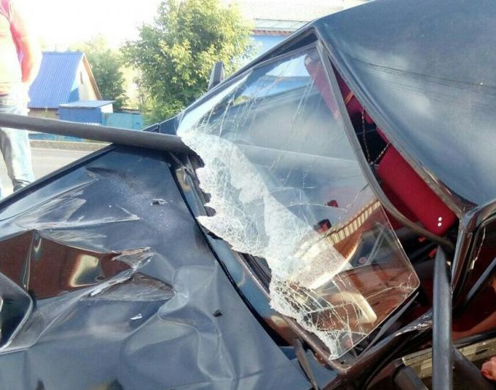 В Стерлитамаке ВАЗ-2113 напоролся на дорожное ограждение (3 фото)