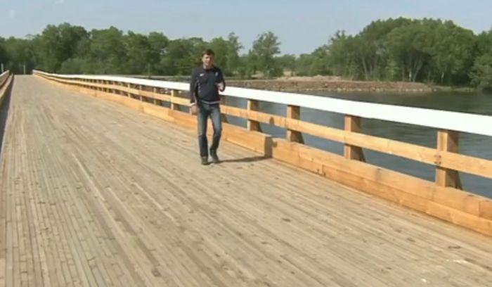 В Приморском крае люди не могут пользоваться новым мостом (5 фото)