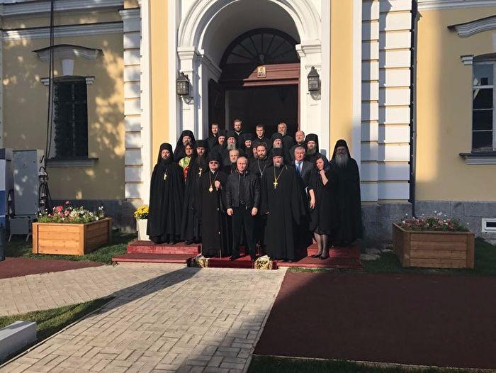 На снимках из Коневского монастыря рядом с Путиным появилась женщина (3 фото)