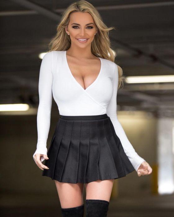 Девушки в коротких юбках (34 фото)