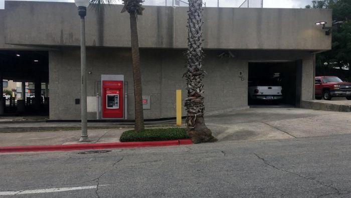 В США рабочий застрял в банкомате (2 фото)
