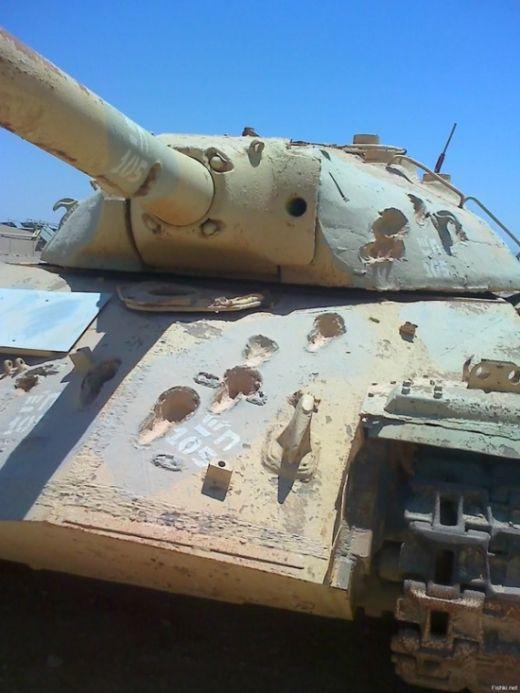 Танк ИС-3 со следами 105-миллиметровых снарядов (2 фото)