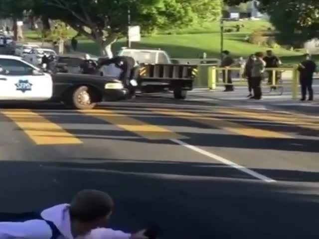 Полицейский ловким движением остановил скейтбордиста