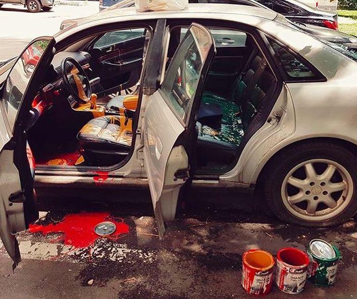 В Москве вандалы облили автомобиль яркими красками (4 фото)