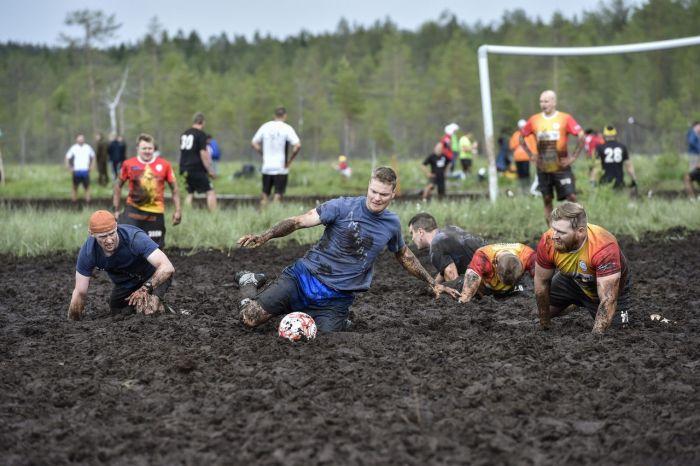 Россияне стали чемпионами по болотному футболу (6 фото)