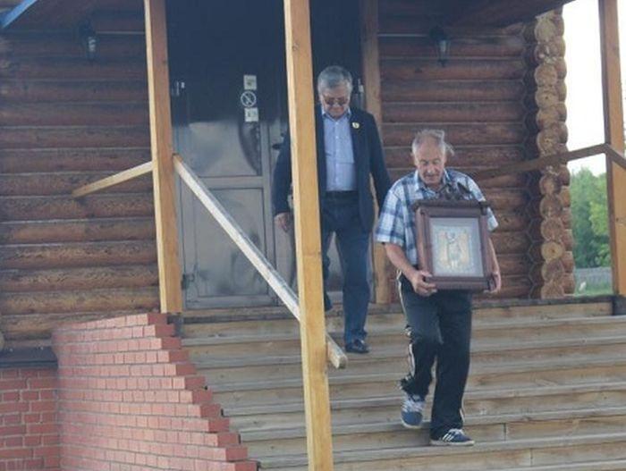 Советский биатлонист Александр Тихонов забрал икону, которую сам же подарил церкви (фото)
