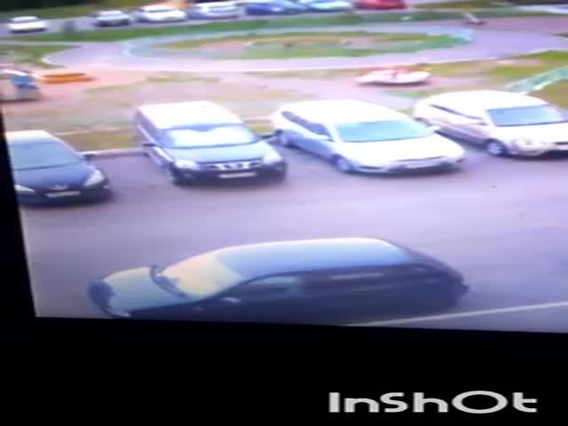 Фельдшер за шкирку тащит пациента в машину скорой помощи