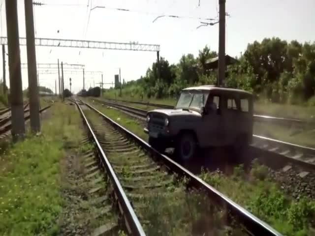 «Эльдар, вылазь!»: поезд протаранил УАЗ
