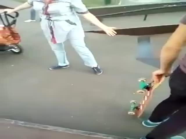 Мать пришла на прогулку с ребенком в скейт-парк
