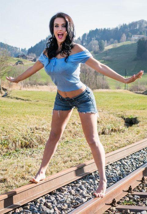 Джина Карла - пин-ап модель, которая сводит с ума (12 фото)