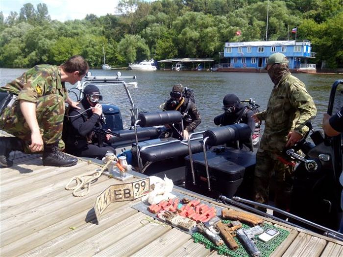 Водолазы Росгвардии обнаружили оружейный арсенал на дне Москва-реки (5 фото)
