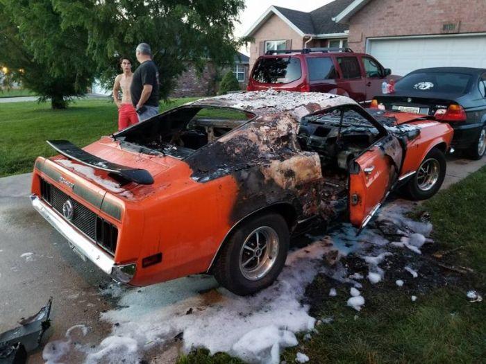 Вандалы сожгли Ford Mustang, подаренный мальчику-инвалиду (6 фото)