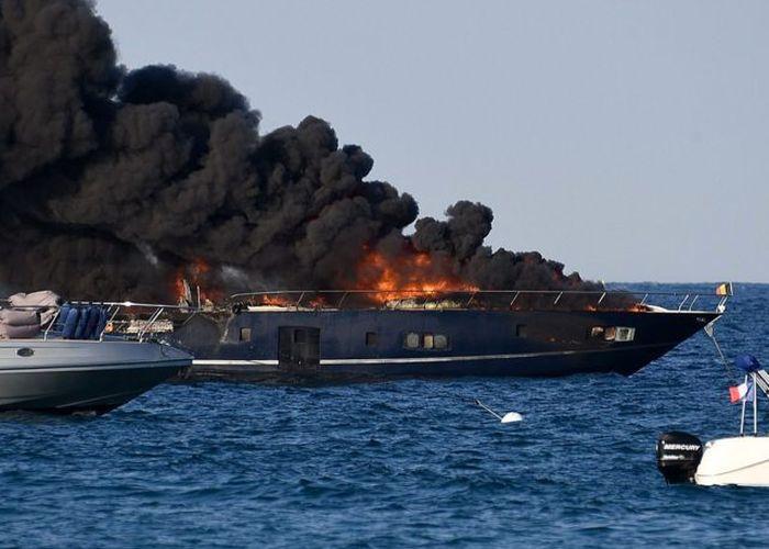 Пожар на роскошной яхте в Сен-Тропе (3 фото + 2 видео)