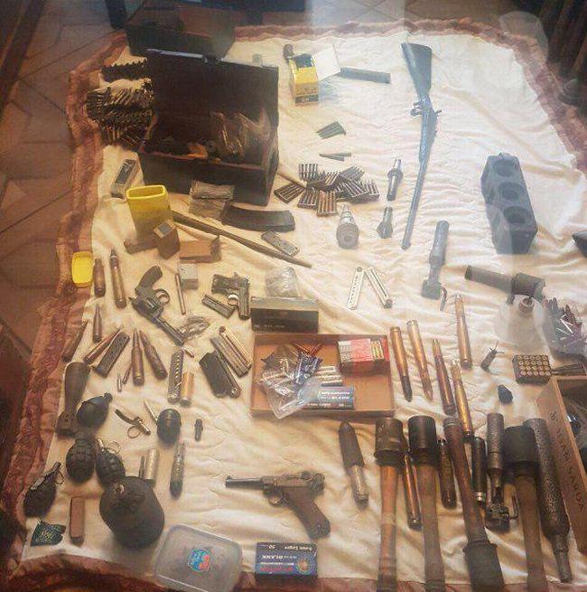 Московский инвалид-колясочник собрал внушительную коллекцию оружия (4 фото)