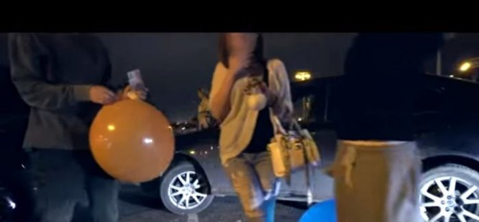 Веселящий газ обрел популярность у московской молодежи (7 фото)