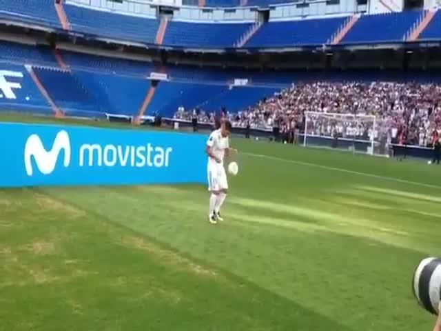 Новый игрок «Реал Мадрида» Тео Эрнандес сорвал чеканку мяча