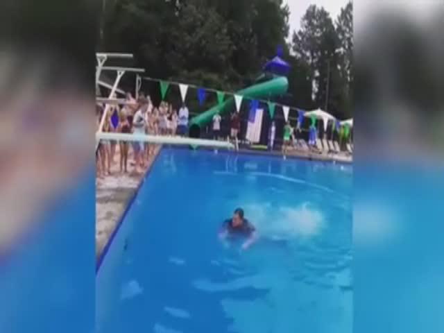 Полицейский прыгнул в бассейн в форме