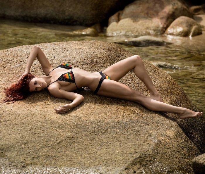Знаменитости в купальниках (38 фото)