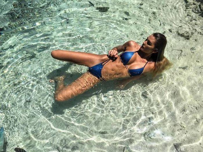 Красавицы в купальниках (45 фото)