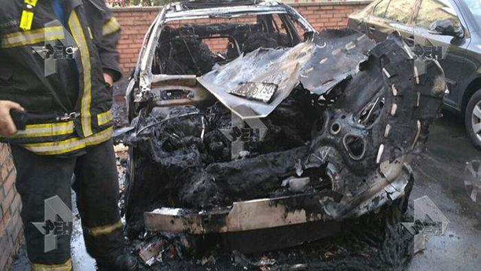 В Москве сгорел элитный автомобиль Mercedes-Benz (2 фото)
