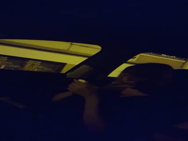 Нетрезвая женщина угрожает таксисту