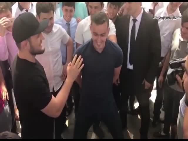 Хабиб Нурмагомедов проверил пресс фаната