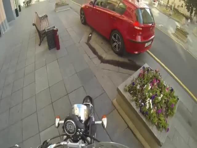 Девушка на мотоцикле борется с любителями мусорить