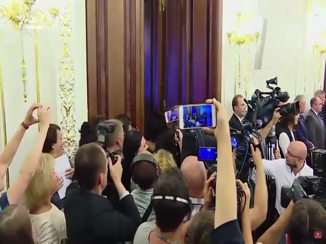 Активистка Femen обнажила грудь перед Петром Порошенко и Александром Лукашенко