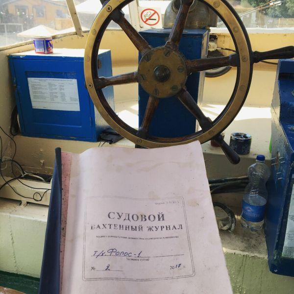 В Крыму капитан доверил управление судна понравившейся ему девушке (5 фото)