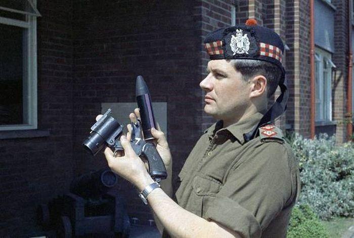 Грозное травматическое оружие британской полиции  (2 фото)