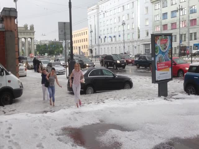 Сугробы из града в Санкт-Петербурге