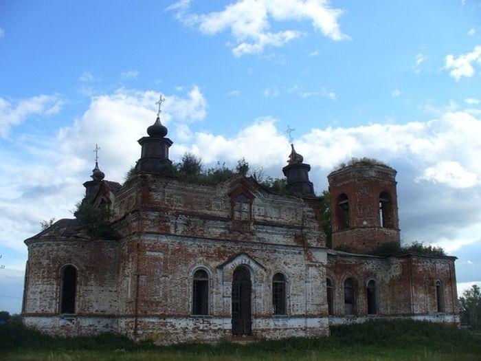 Скандал: откровенная фотосессия в заброшенном храме Татарстана (5 фото)