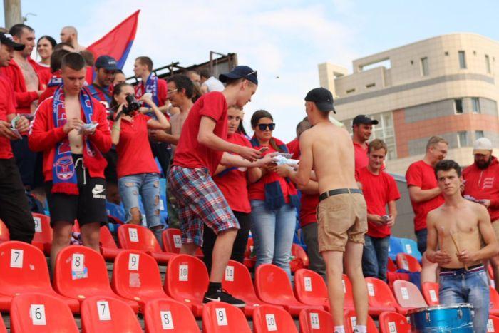 Болельщики футбольного клуба «Енисей» устроили денежный дождь в Новосибирске (4 фото)